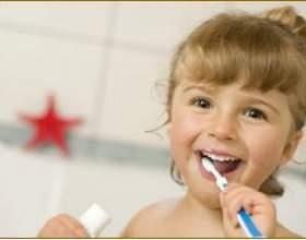 Коли починати чистити зуби дитині? фото