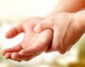 Чому німіють кисті рук? Причини фото